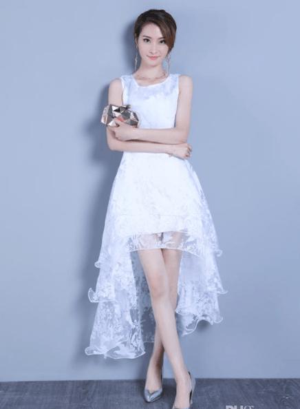 женщина невысокого роста в платье маллет