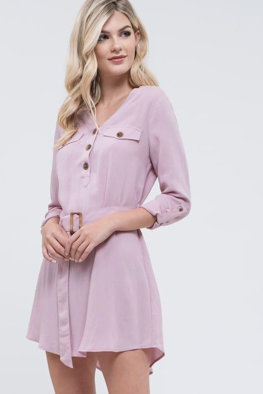 женщина невысокого роста в платье рубашке