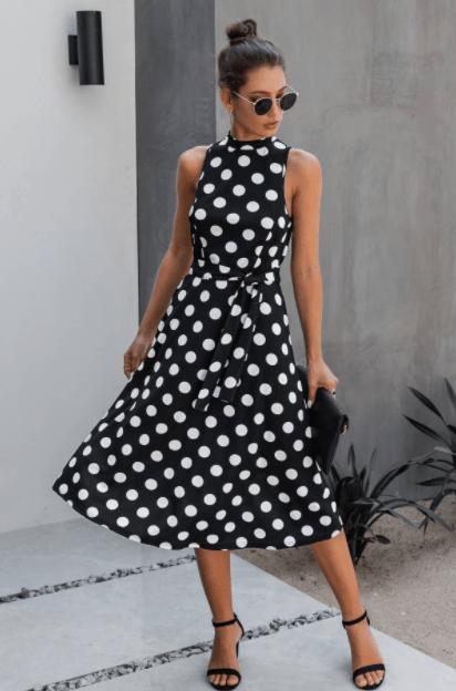 невысокая женщина в платье в горошек