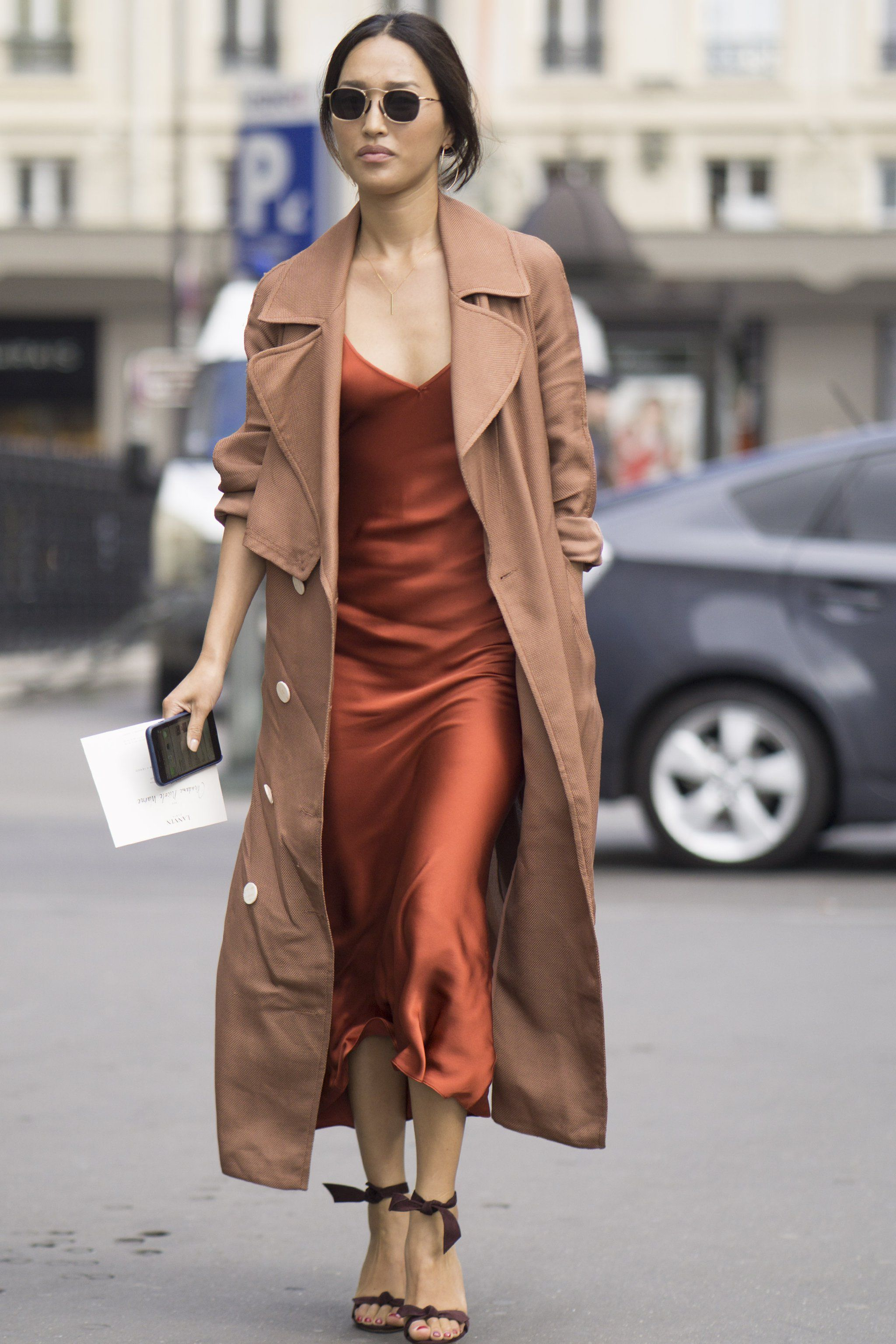 платье в бельевом стиле с тренчем