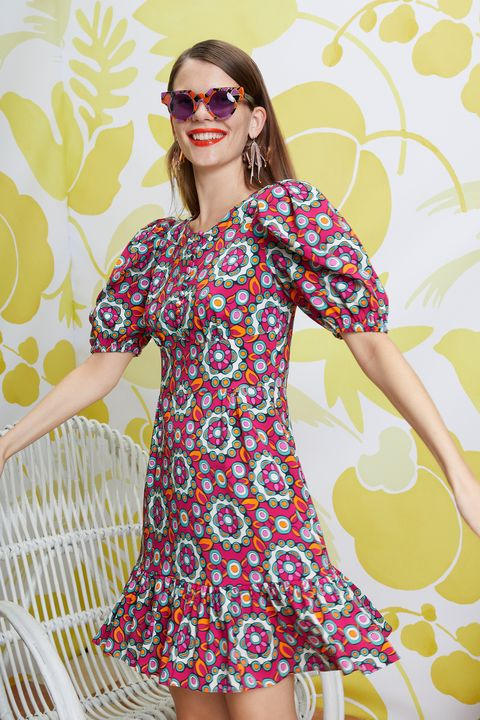 невысокая женщина в платье с узорами