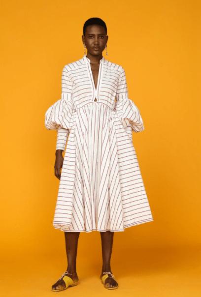 белое платье с рукавом фонариком