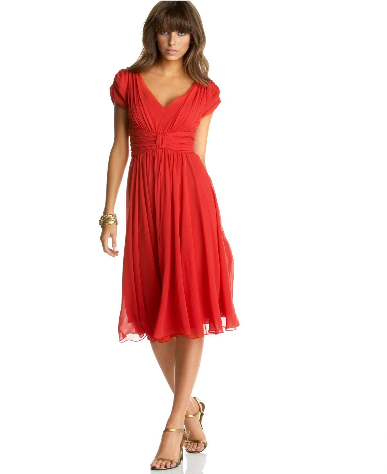 невысокая женщина в красном вечернем платье