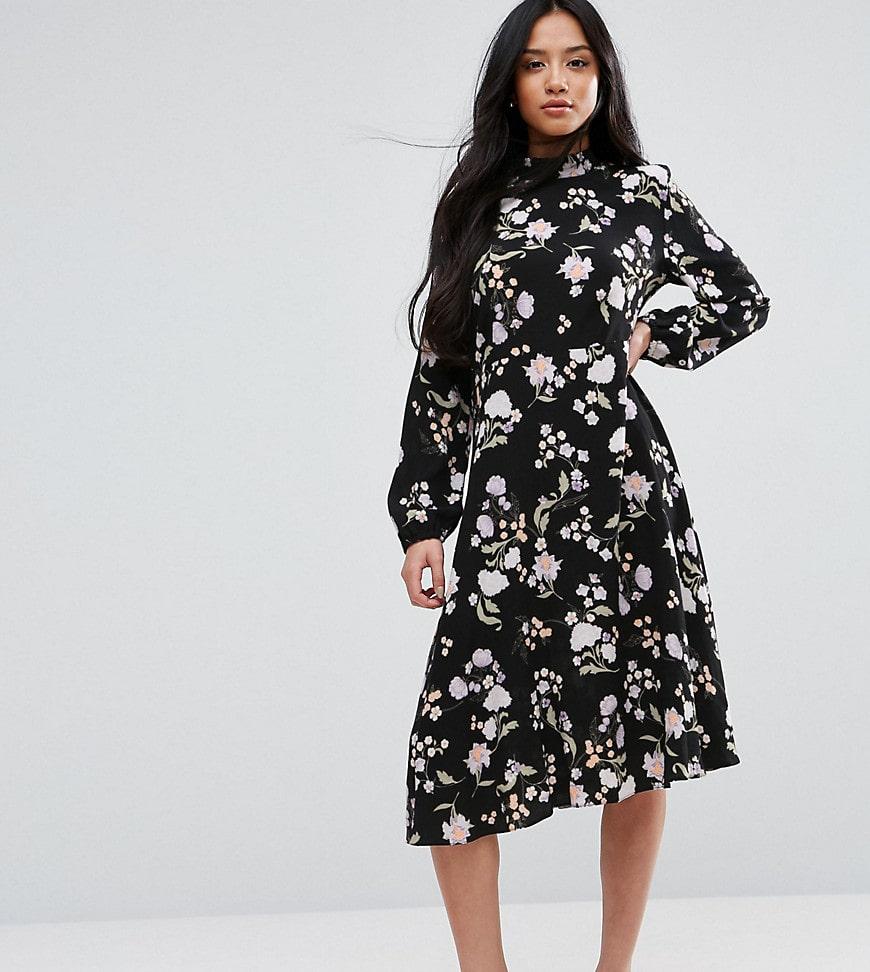 невысокая женщина в черном платье
