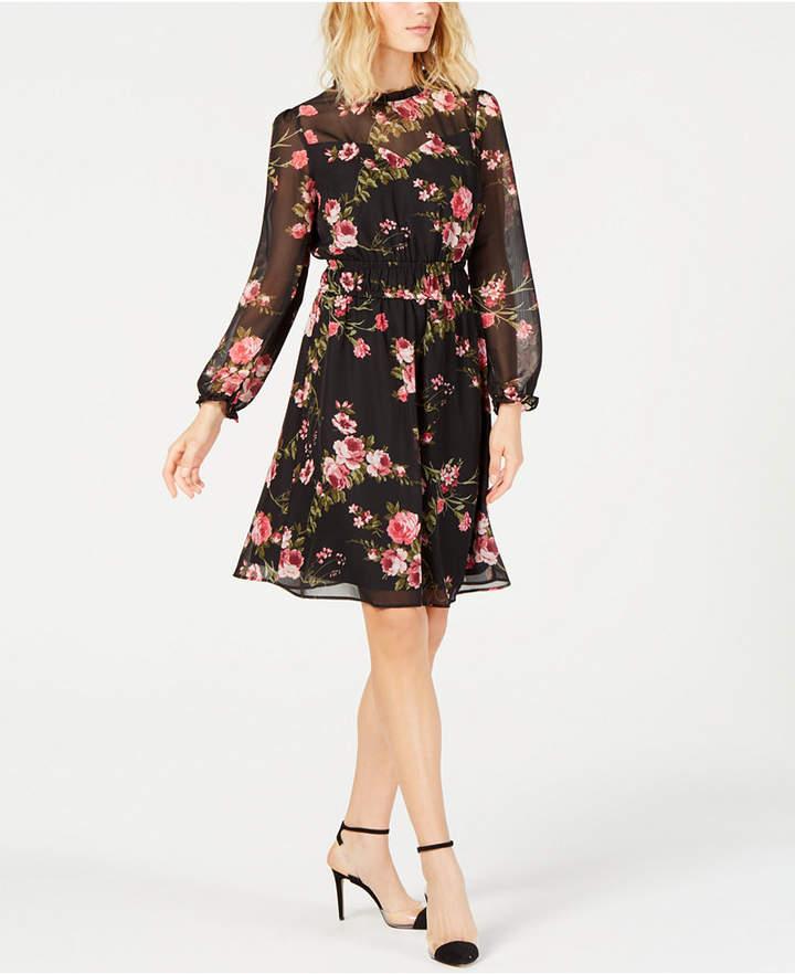 невысокая женщина в платье из шифона