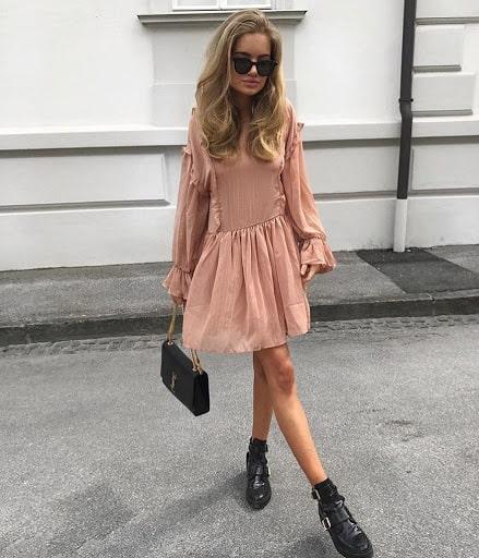 бежевое платье с ботинками