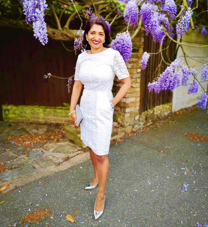 женщина невысокого роста в платье футляр