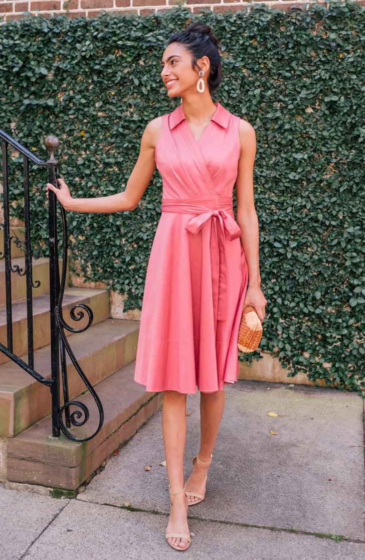 невысокая женщина в платье миди