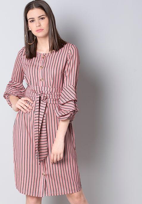 женщина в платье рубашке