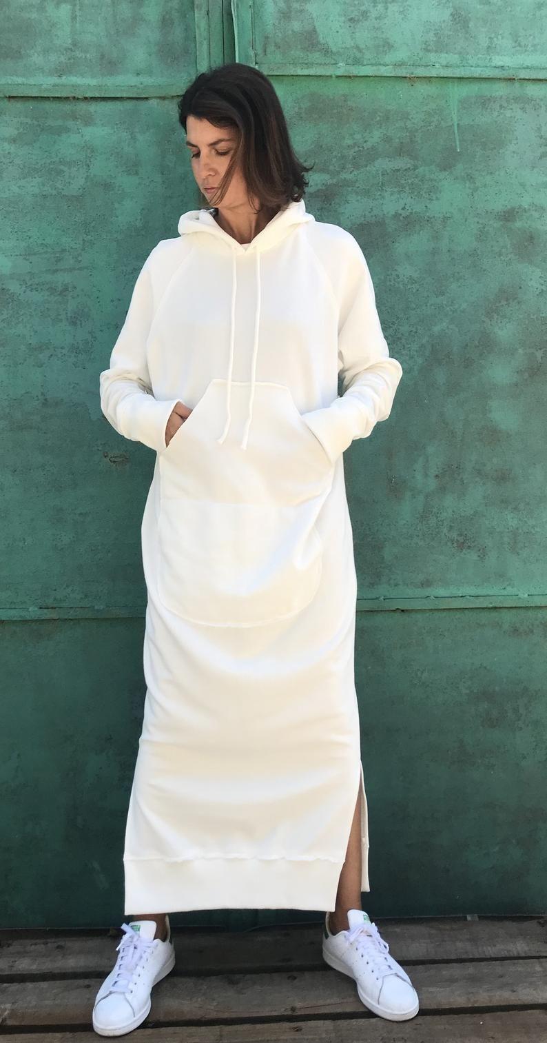 длинное белое платье с капюшоном