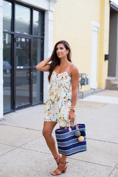 платье в бельевом стиле и сумкой