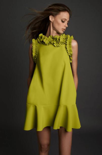 невысокая женщина в оливковом платье