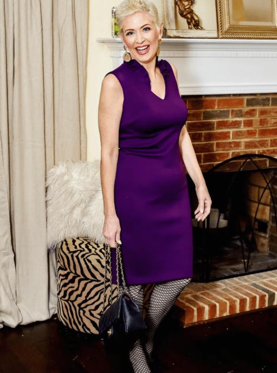 невысокая женщина в фиолетовом платье