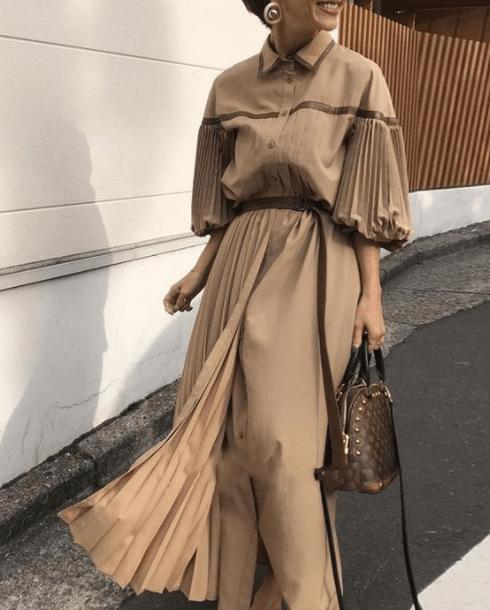 модное бежеое платье с рукавом фонариком