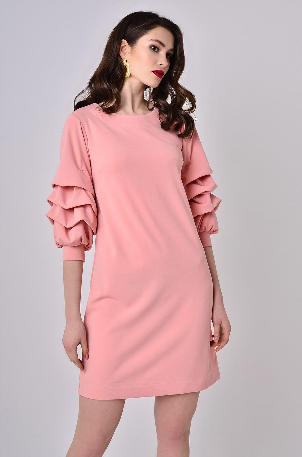 розовое платье с рукавом фонариком