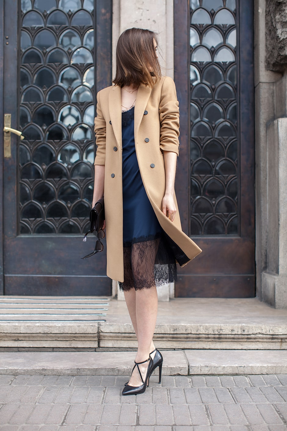 платье в бельевом стиле с пальто