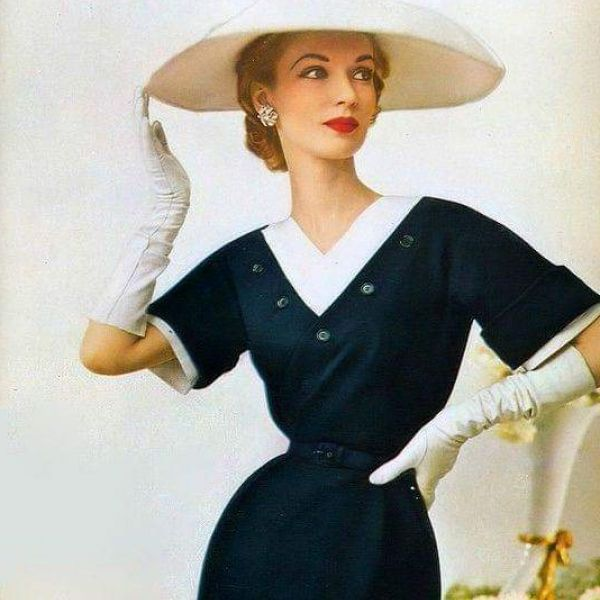 девушка в винтажном платье и шляпе