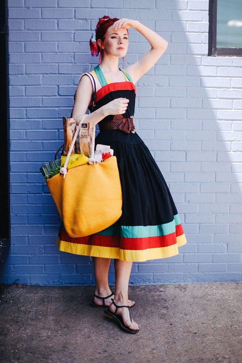 девушка в ярком винтажном платье