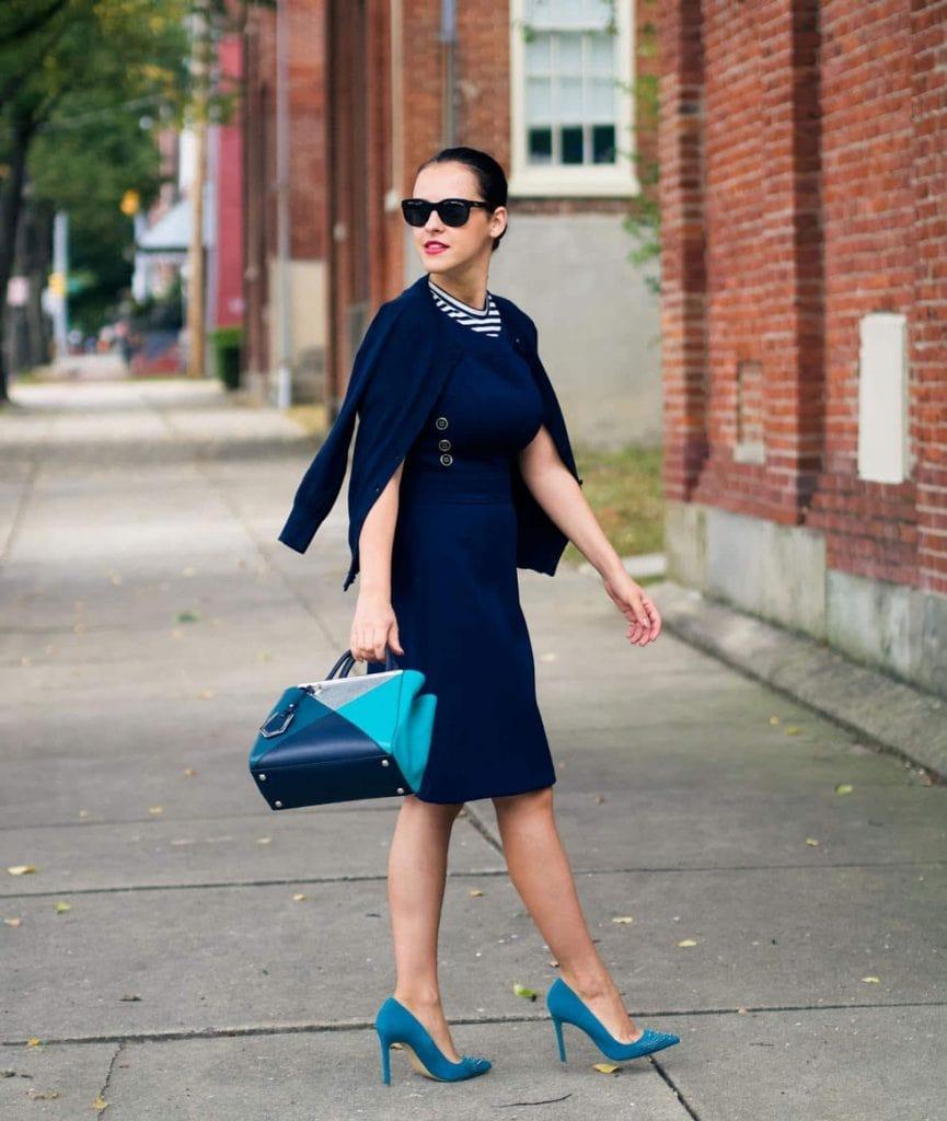 темно синее платье с голубыми туфлями