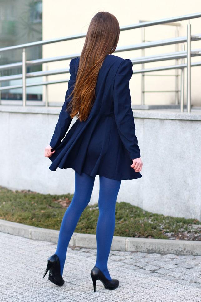 синее платье с голубыми колготками